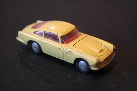 218_Aston_Martin_DB4_02