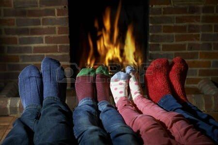 47366863-le-port-de-chaussettes-familiales-r-chauffement-pieds-par-incendie