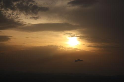 2009 06 15 Le soleil qui sort depuis le milieu des nuages vu depuis le sommet du Mont Mézenc
