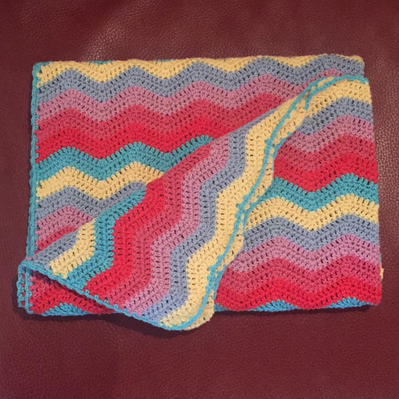 Une couverture crochetée multicolore