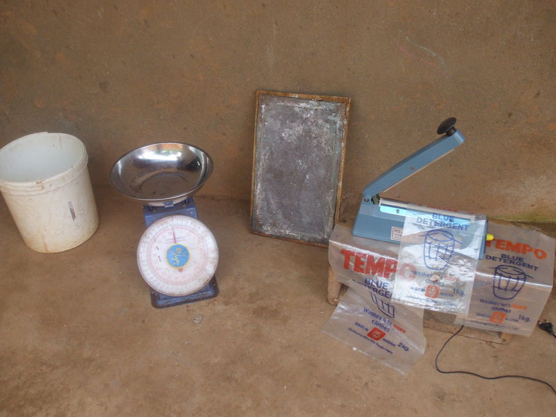 equipement production a la main du savon en poudre a baffousam au cameroun