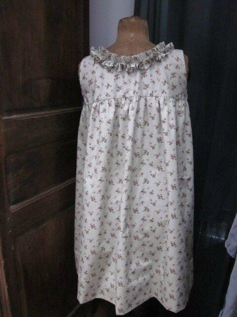 Robe Brune, sans manche, à empiècement au dessus de la poitrine et jupe froncée avec ruché à l'encolure en coton fleuri vert suranné (7)