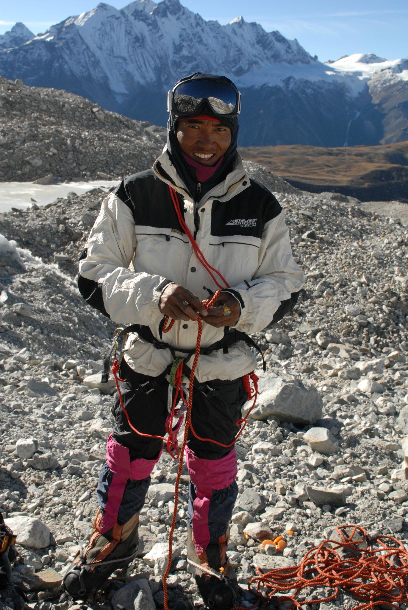 Tempa prêt pour l'ascension du Yala pic
