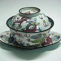 Tasse à thé et soucoupe à fond blanc et à décor de dragons, vietnam, minh mang (1820-1840), emaux de huê, coll. particulière