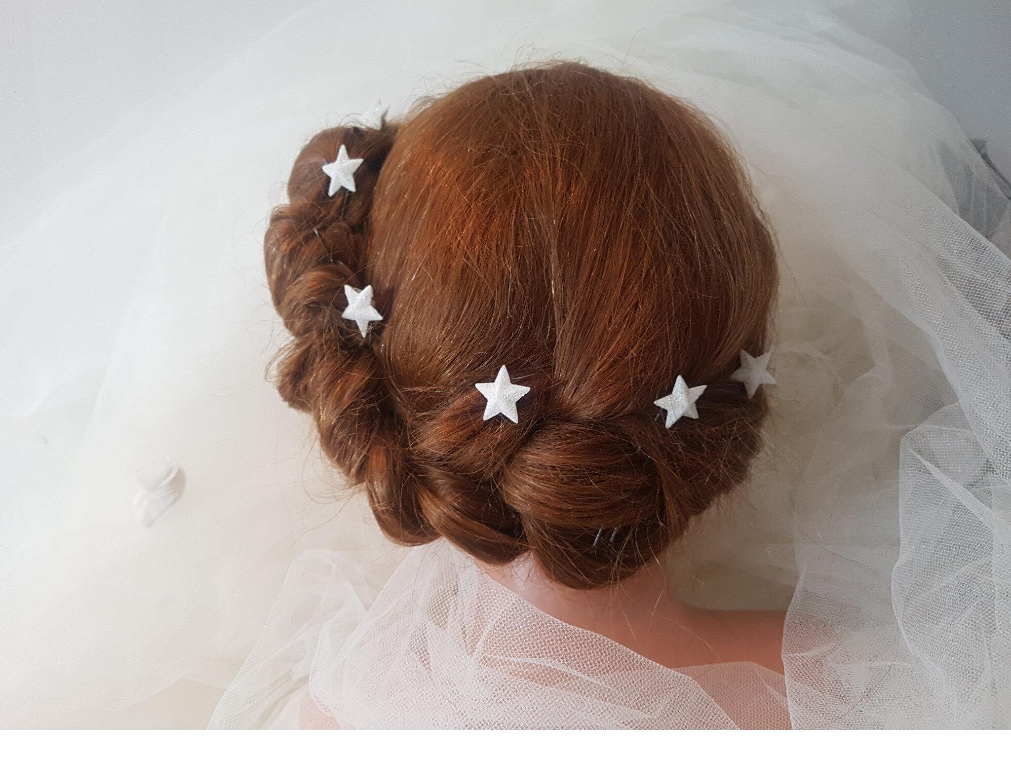 Pics pour la mariée et son cortège, petites roses et petites étoiles