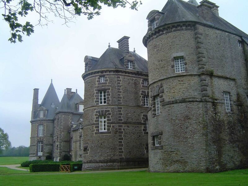 800px-Canisy_chateau_2