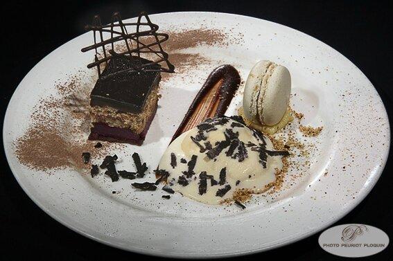 Gourmandise_truffee_Opera_creme_glacee_au_chocolat_blanc_creme_patissiere_truffee_rape_de_TRUFFES_par_Alexandre_Hostelleriedu_Parc
