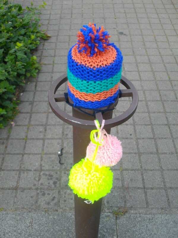 pompon-yarnbombing-tricot-graphie