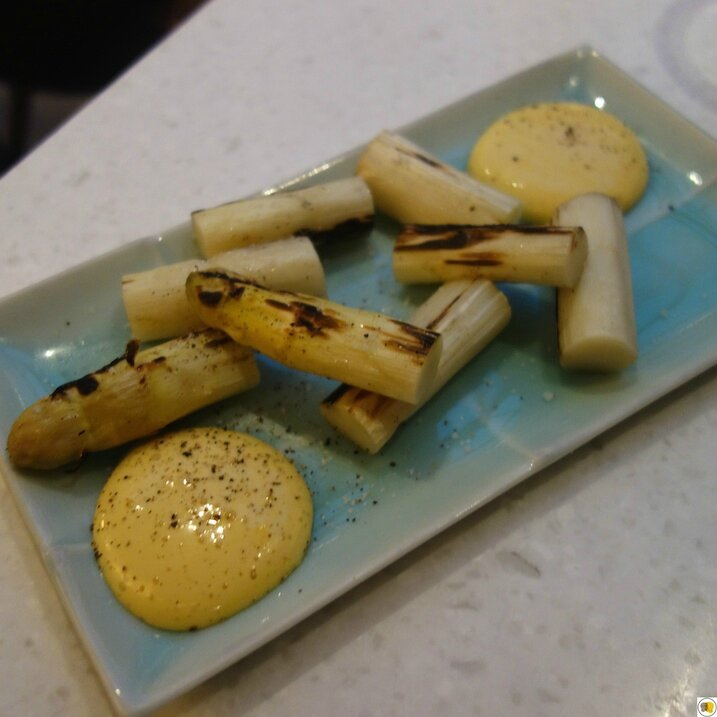 Asperges blanches grillées avec sauce soja & oeuf