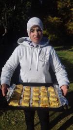 Farah emmène le plat à la cuisson