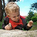 Songeur, Yoann examine la roche