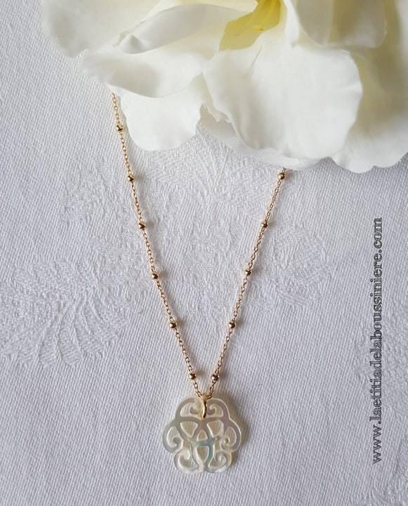 Collier mini arabesque en nacre (sur chaîne perles en plaqué or) - 49 €