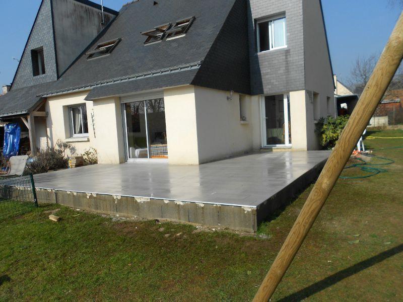 cr ation d 39 une terrasse b ton avec un carrelage et enduits en contour de la terrasse. Black Bedroom Furniture Sets. Home Design Ideas