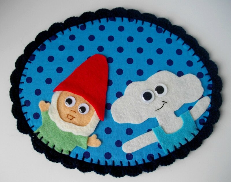 cadre-tissu-fabric-crochet-laine-whool-personnage-handmade-blue-bleu-nain-gnome-nuage