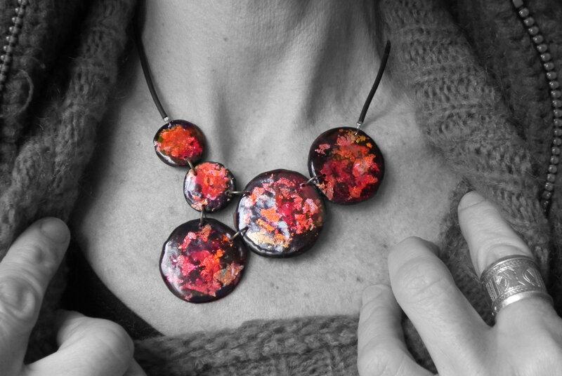 Collier rouge asymétrique
