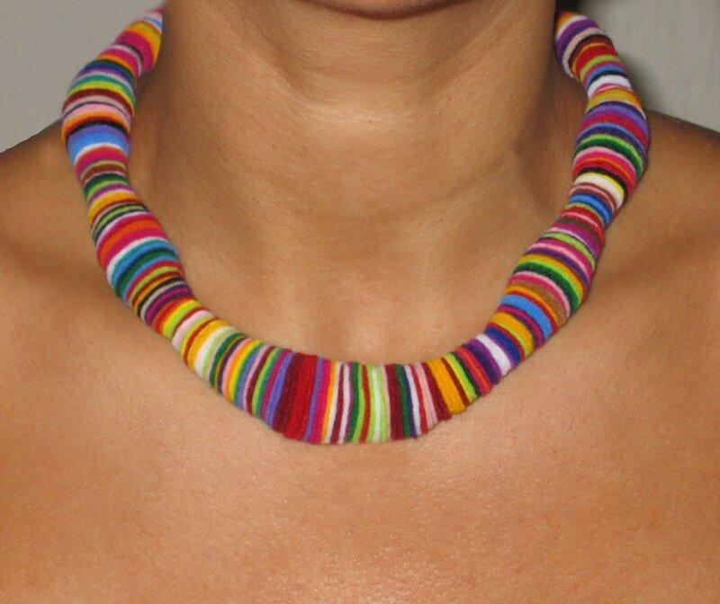 Collier multicolore en feutrine découpée
