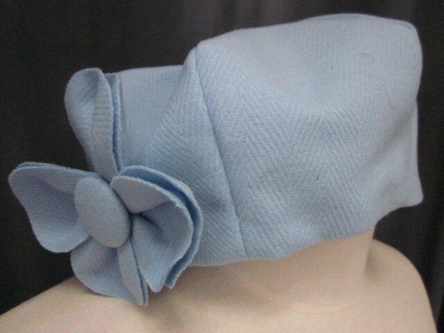 Chapeau AGATHE en lainage bleu glacier avec fleur - Doublure en coton ciel fleuri rose (2)