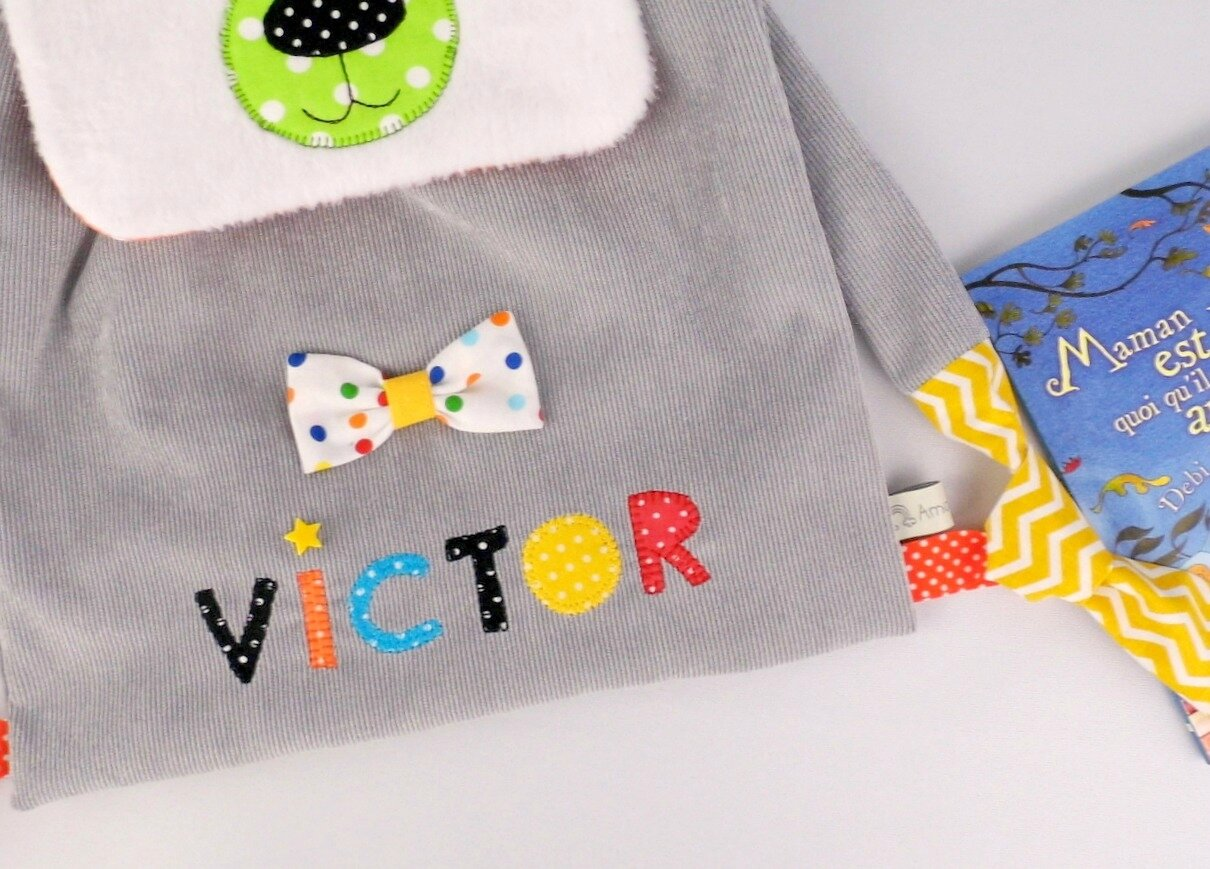 Sac à dos maternelle personnalisé prénom Victor sac ours blanc polaire gris multicolores arc en ciel toddler backpack personalized name polar bear