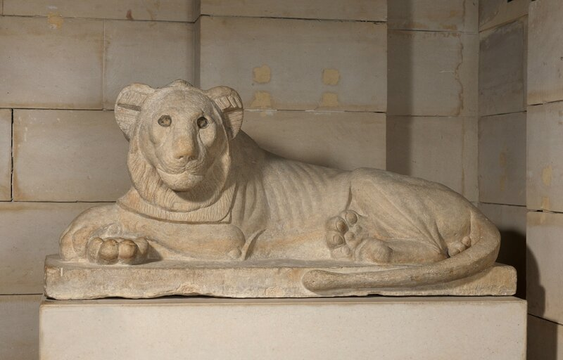 estatura-de-leon-tumbado-sobre-un-costado-caliza-baja-epoca-dinastia-xxx-reinado-de-nectanebo-i-378-361-a-c-c-musee-d