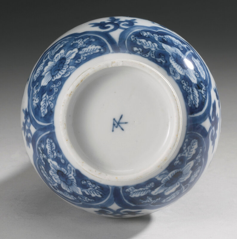 A blue and white bottle vase, Qing dynasty, Kangxi period (1662-1722)4