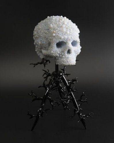 Jim F. Faure (Né en 1959) Crâne en papier mâché orné de perles de verre de Murano. Haut. : 43,5 cm
