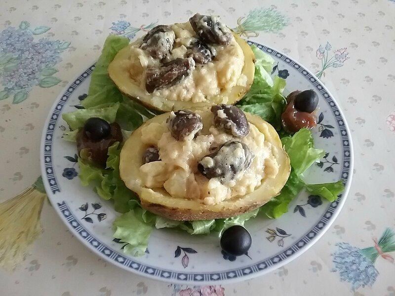 Pommes de terre farcies aux gésiers de canard confits à la sauce dijonnaise