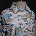 Ciré AGLAE en coton enduit blanc imprimé poissons bleu et beige fermé par 2 pressions dissimulés sous 2 boutons recouverts dans le même tissu (3)