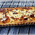 Tarte aux abricots, amandes effilées et petits morceaux de pain d'épices