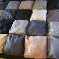 Un edredon en coton et lin beige et noir...