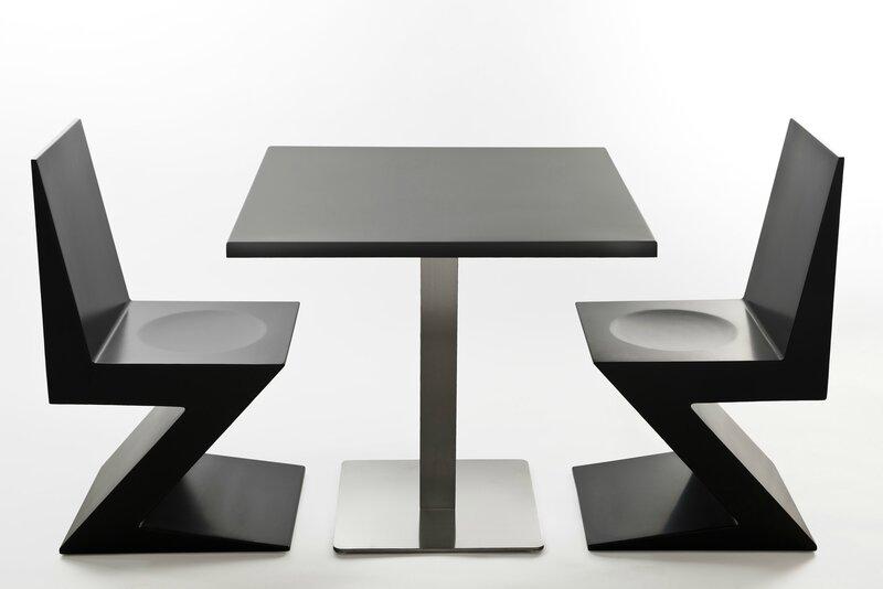 chise en noire et table