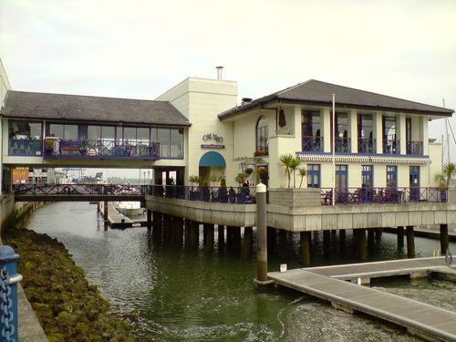 Le restaurant du port sur pilotis, avec des pilotis pas très droits...