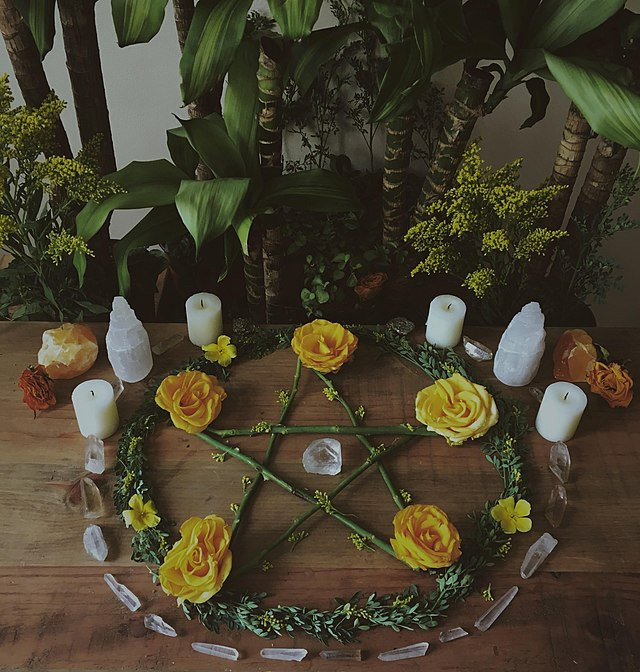 640px-Pentacle_on_wiccan_altar