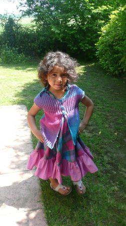 gilet tucan porté par ily avec sa robe studieuse volantée