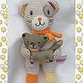 Doudou peluche ours rayures beige blanc echarpe orange et son chat pommette