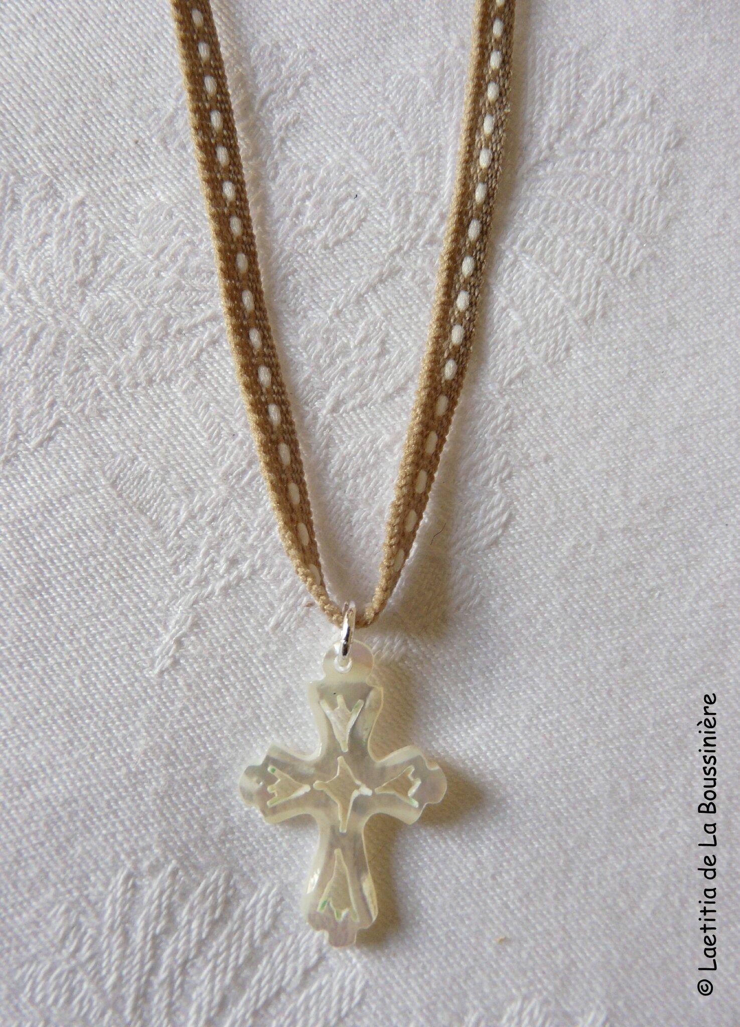 Collier sur cordon avec Croix de Jérusalem évidée 22 mm - 17 €