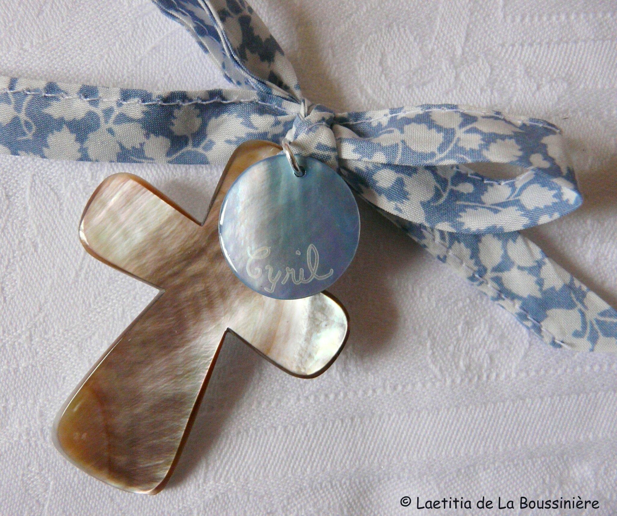 Croix en nacre (sur ruban Glenjade bleu clair)
