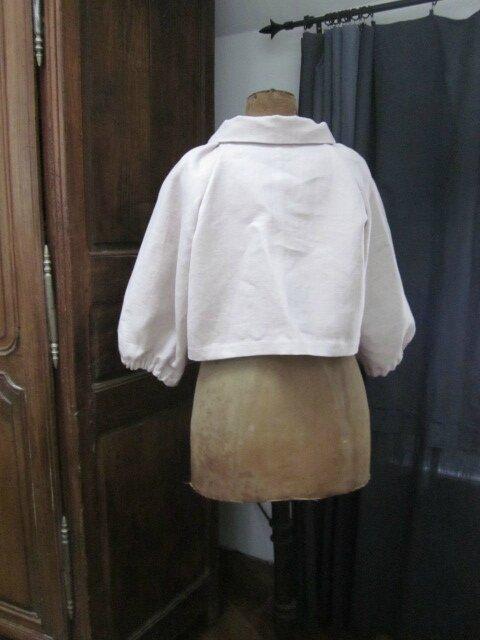Veste en lin rose poudré froncée sous un large col, manches trois quart raglan (8)