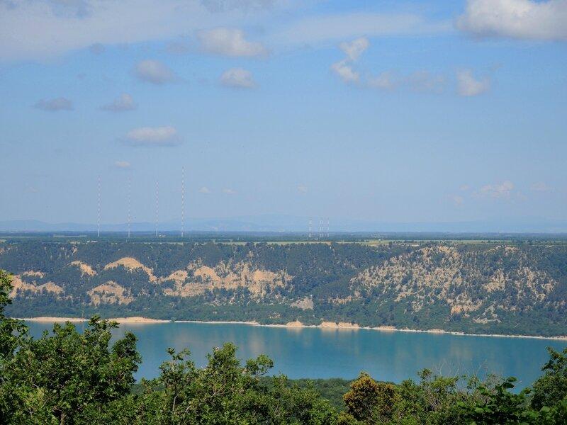 Aiguines, vue sur le lac de Sainte Croix et le plateau de Valensol (83)