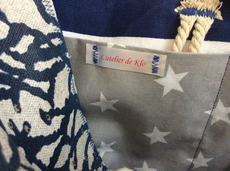 sac cabas réversible en coton enduit esprit plage avec doublure marinière avec motif étoiles et anses en corde (3)