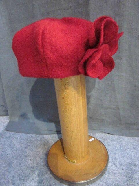 Chapeau AGATHE en laine bouillie rouge avec fleur réalisée dans le même tissu - doublure lin rouge (5)