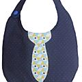 Petit bavoir bleu plumetis cravate bleu graphique