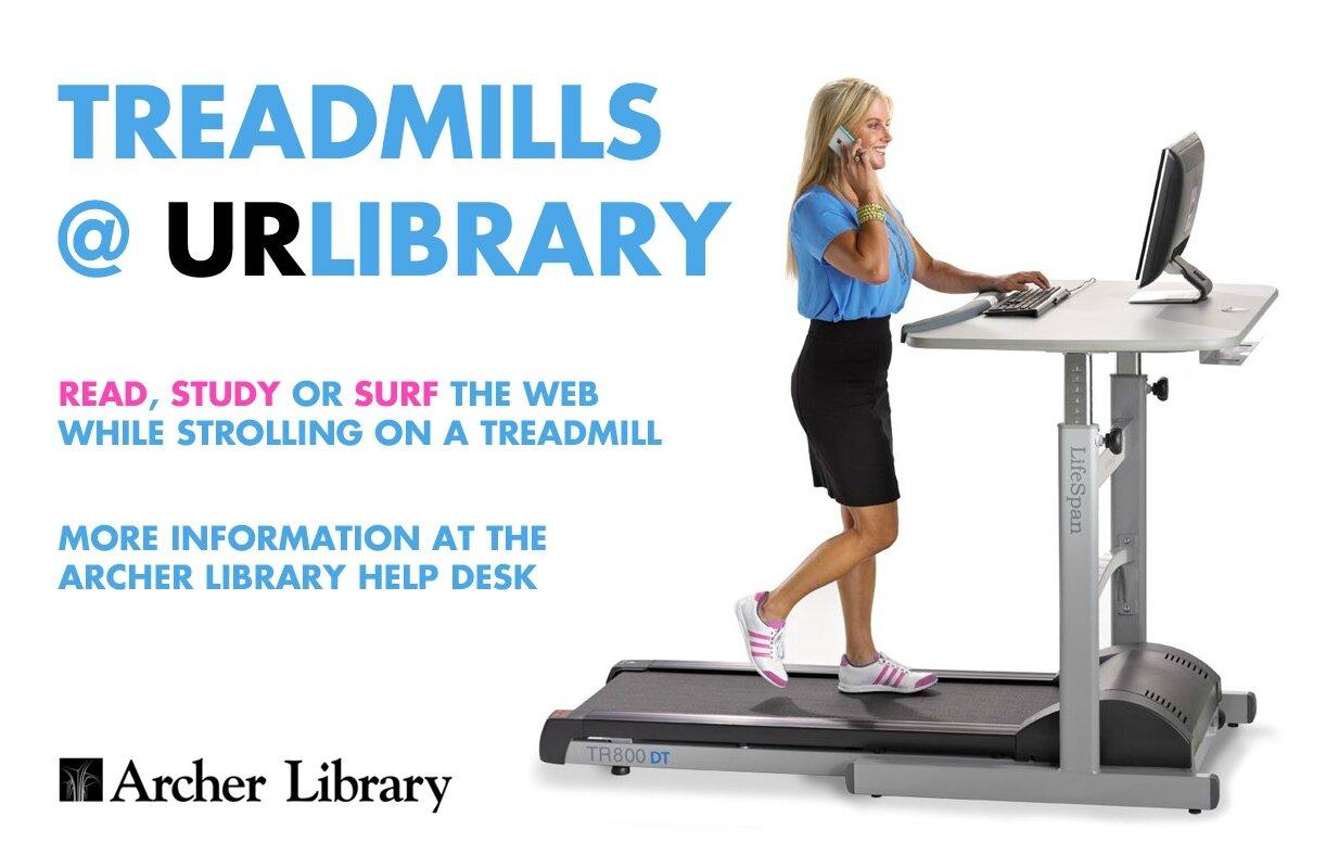 Des tapis de marche installés dans la bibliothèque d'une université pour faire du sport en travaillant