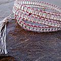 Bracelet un peu chic en perles de rocaille et pompom en coton à broder argent