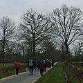 Les randonneurs et les magnifiques arbres en tenue d'hiver
