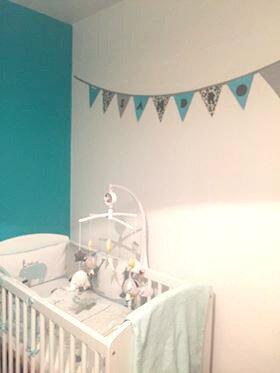Décoration chambre enfant gris blanc bleu turquoise pétrole jaune moutarde guirlande de fanions personnalisée prénom Sandro