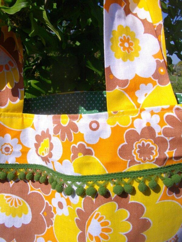 tissu-vintage-hippy-seventies-fleurs-flower-power-galon-pompons