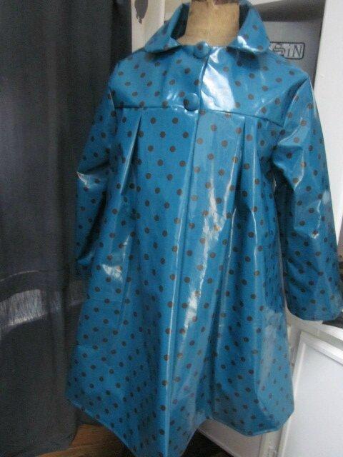 Ciré AGLAE en coton enduit bleu canard à pois brun fermé par 2 pressions dissiùmulés sous 2 boutons recouverts (5)