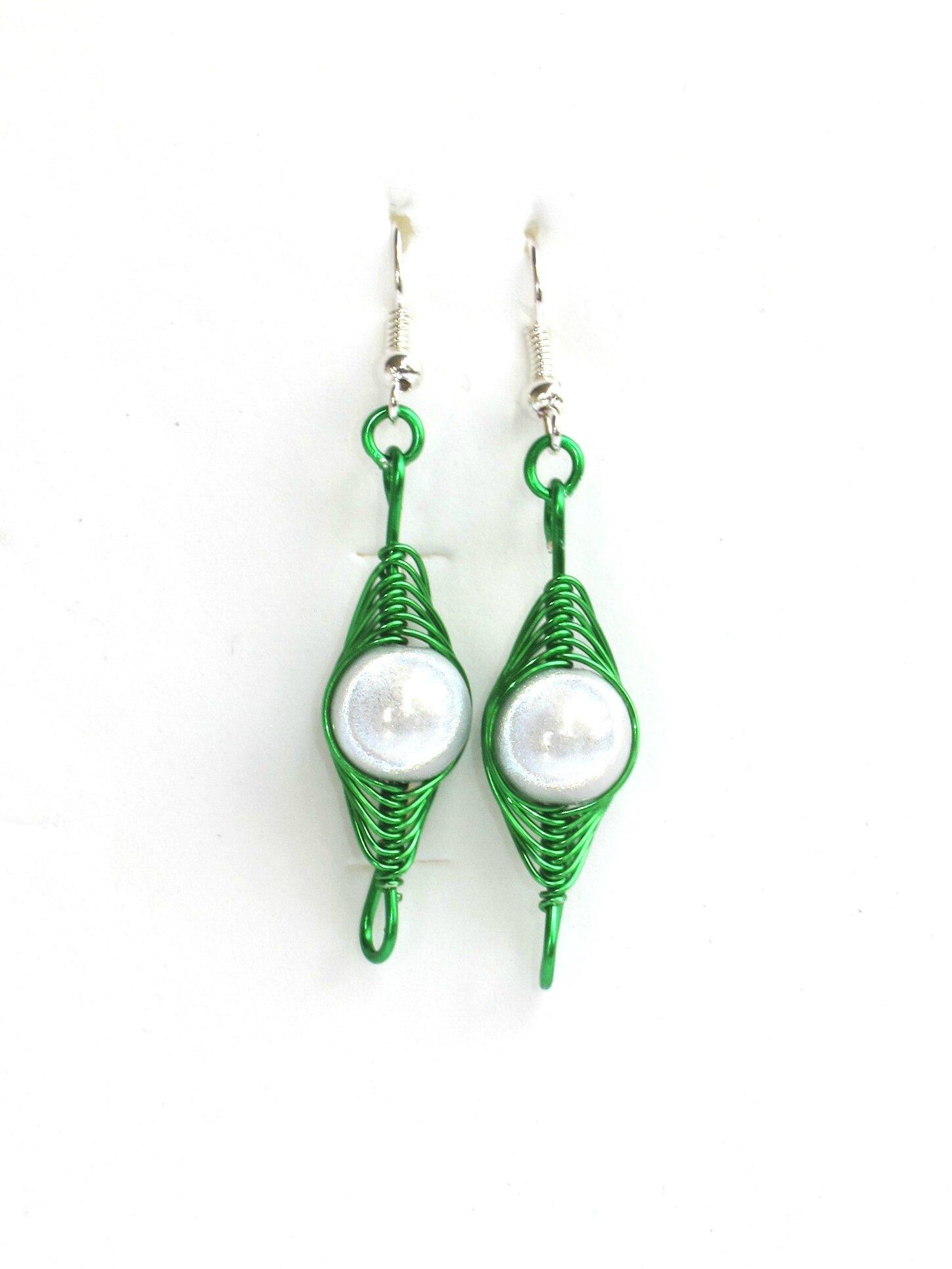 boucles d'oreilles wire verte perles blanches face