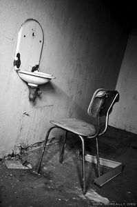 friche_hopital_chaise_lavabo_nb