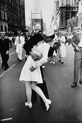 Eisen-VJday-kiss